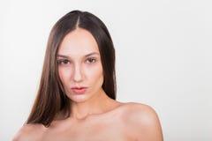 轻的背景的年轻美丽的女孩 免版税图库摄影