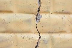 轻的背景 在砖墙上的大宽裂缝 免版税图库摄影