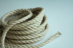 轻的表面上的粗糙的绳索卷 库存图片