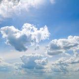 轻的触毛和积云反对蓝天 库存图片
