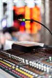 轻的设备操作员混合的控制台音乐会的 有工程师或音乐的录音演播室混合的书桌 库存照片