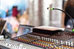 轻的设备操作员混合的控制台音乐会的 有工程师或音乐的录音演播室混合的书桌 免版税图库摄影