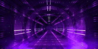 轻的隧道,有霓虹灯的黑暗的长的走廊 与烟和霓虹灯的抽象紫色背景 免版税库存图片