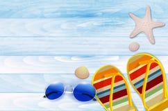 轻碰、太阳镜、壳和海星在木背景 向量例证