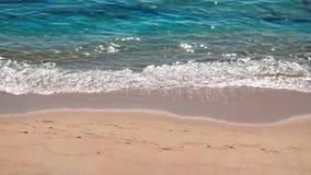 轻轻地打破在一个沙滩的绿松石五颜六色的爱琴海水波 股票视频