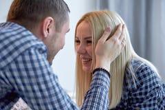 轻轻地抚摸女孩的头,女孩微笑的人 免版税库存照片
