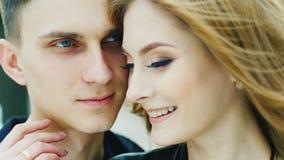 轻轻地拥抱浪漫的夫妇 影视素材