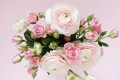 轻轻地桃红色玫瑰和毛茛属美丽的花束  库存图片