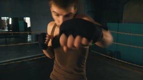 轻量级拳击手拳打在圆环的照相机在葡萄酒健身房 影视素材