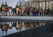 轻骑兵队伍在马的在3月15日军事游行期间在布达佩斯,匈牙利 库存图片