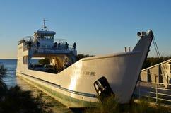 载汽车轮船向弗雷泽岛 免版税库存图片