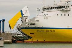 载汽车轮船在纽黑文,苏克塞斯,英国 免版税库存图片