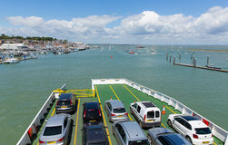 载汽车轮船有蓝天的Cowes港口怀特岛郡 库存照片