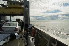 载汽车轮船从大陆到海卢奥托岛海岛 图库摄影