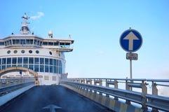 载汽车轮船 免版税图库摄影