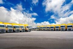 载重汽车行  货物运输 货物卡车公园 免版税图库摄影