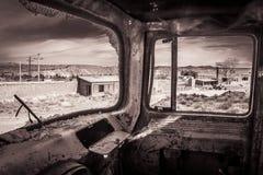 载重汽车被放弃的工厂 库存图片