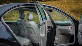 轿车在看法、皮革内部,被镀铬的元素,前面和后座,豪华设计里面的运动器材汽车 图库摄影