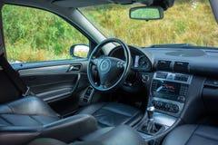 轿车在看法、皮革内部,被镀铬的元素,前面和后座,豪华设计里面的运动器材汽车 免版税库存图片