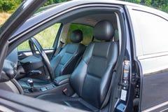 轿车在看法、皮革内部,被镀铬的元素,前面和后座,豪华设计里面的运动器材汽车 库存图片