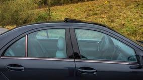 轿车在看法里面的运动器材汽车通过右边窗口、皮革内部,被镀铬的元素,前面和后座 免版税库存图片