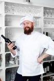 辅助厨师选择酒烹调猪肉 库存图片
