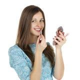 辅助唇膏美丽的少妇 免版税库存图片