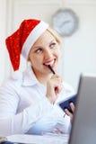 辅助工办公室圣诞老人工作 免版税库存图片