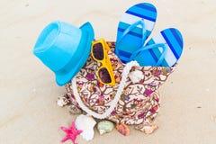 辅助袋子充分的日光浴者海滩背景 免版税图库摄影