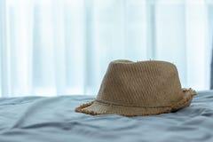 辅助部件为假日,在床上的帽子织法 免版税库存照片