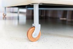 辅助部件咖啡门家具谷物把柄 沙发的a木轮子和金属结构 免版税库存照片