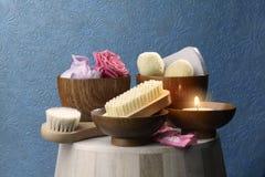辅助部件浴机体鱼子酱宝石牛奶肥皂温泉向毛巾扔石头 库存图片