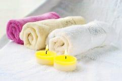 辅助部件浴机体鱼子酱宝石牛奶肥皂温泉向毛巾扔石头 免版税库存图片