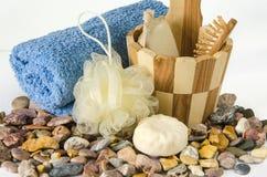辅助部件浴机体鱼子酱宝石牛奶肥皂温泉向毛巾扔石头 库存照片
