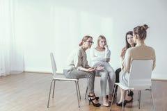 辅导者和女实业家在车间期间有咨询和激发灵感的 免版税库存图片