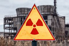 辐射危害的标志反对放射性废物在大厦背景,与一个地方的图片您的文本的,拷贝空间,您的 免版税库存照片