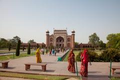 输入巨大门的游人对Taj Mahal 库存照片