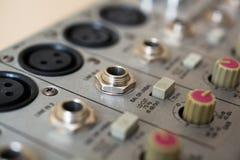 输入插口和操作音频搅拌器 免版税库存照片