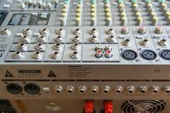 输入插口和操作音频搅拌器 免版税库存图片