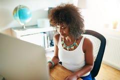 输入数据的年轻女实业家 免版税库存照片