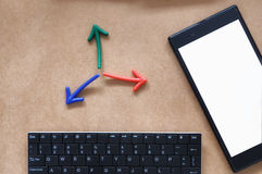 输入文本想法、空白的智能手机顶视图,键盘和l,五颜六色的箭头 库存照片