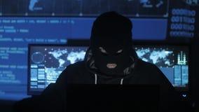 输入系统的面具尝试的匿名黑客使用代码和数字发现安全密码 的treadled 股票视频
