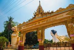 输入门 砂海螂Tha Lyaung斜倚的菩萨 神话动物雕塑在入口的 Chinthe Bago Myanma 缅甸 库存图片