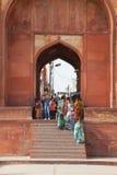 输入Taj Mahal,阿格拉,印度的游人 免版税库存图片