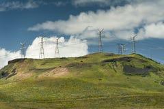 输电线和小山 库存照片