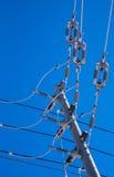 输电线和绝缘体的连接点在杆 免版税库存图片