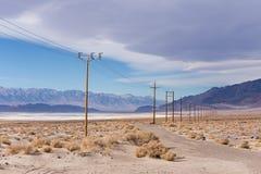 输电线在莫哈韦沙漠 免版税库存图片