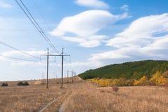 输电线定向塔在乡下 免版税库存照片