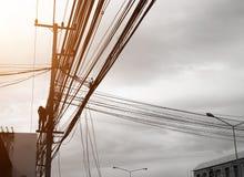 输电线支持、绝缘体和导线 设计的出现 新的支持的装配和力量锂的设施和导线 库存图片