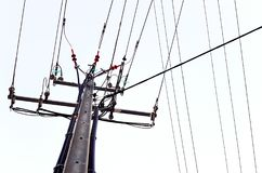 输电线,绿松石绝缘物 免版税库存图片